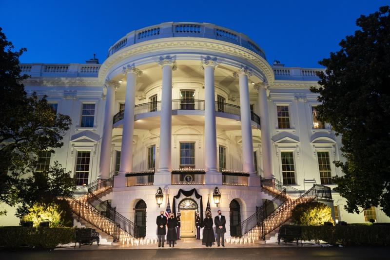 Белият дом отдава почит на починалите след ковид