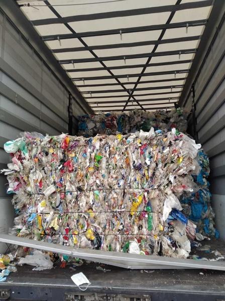 """Над 11 камиона с пластмасови отпадъци, които са с произход от Румъния, Полша и България, са задържани на ГКПП """"Лесово"""" на път към предприятие за преработка в Турция. Това е станало след проверка на Регионалната инспекция по околната среда и водите в Стара Загора вчера, съобщават от МОСВ. Част от превозните средства са преминали транзитно през територията на страната ни, излезли са на пункт """"Лесово"""", но са били върнати от турските власти и в момента са на границата. Извършена е инспекция на всички 11 камиона и е установено, че превозват отпадъци от пластмаса за Република Турция. Превозните средства са върнати обратно, тъй като отпадъците не са подходящи за внос в Турция. Снимка: МОСВ РИОСВ - Стара Загора е установила, че има съответствие на превозвания отпадък с придружаващата документация. По информация на митническия пункт освен 11-те камиона, има други 3 (от Словакия, Хърватия и Румъния), които са пристигнали там днес. Към момента те не са допуснати на територията на Република Турция и са на паркинг на ГКПП """"Лесово"""". Снимка: МОСВ Сезирани са всички компетентни органи, за да се проследи маршрутът на камионите до окончателното напускане на територията на страната. Целта е контролните органи на МОСВ да гарантират, че отпадъкът няма да бъде изхвърлен на територията на България."""