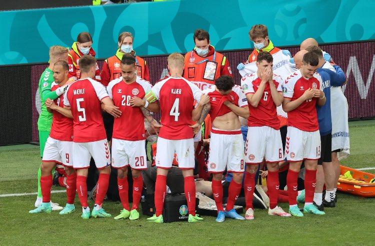 Футболисти около Ериксен