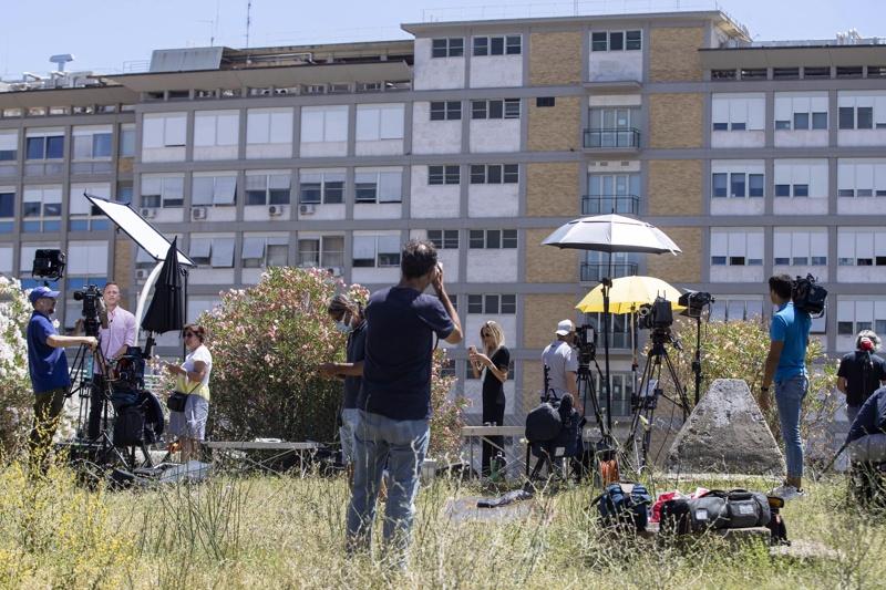 Репортери пред болницата
