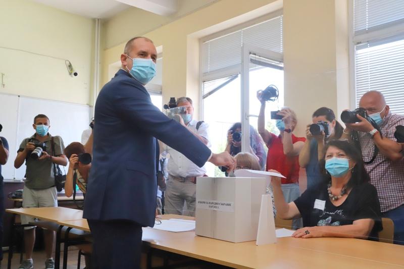 Румен Радев гласува