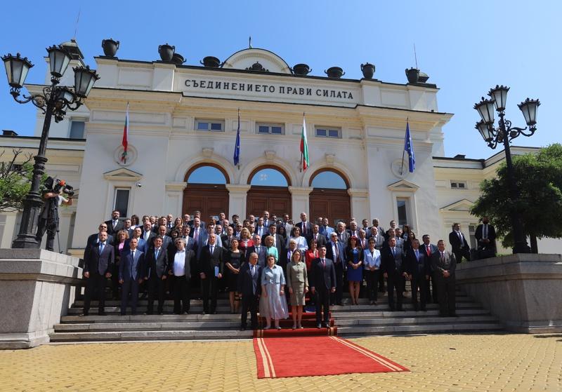 снимка за спомен пред Народното събрание