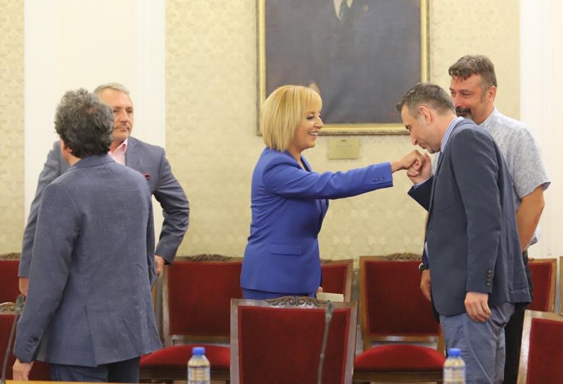 Ивайло Вълчев целува ръка на Мая Манолова