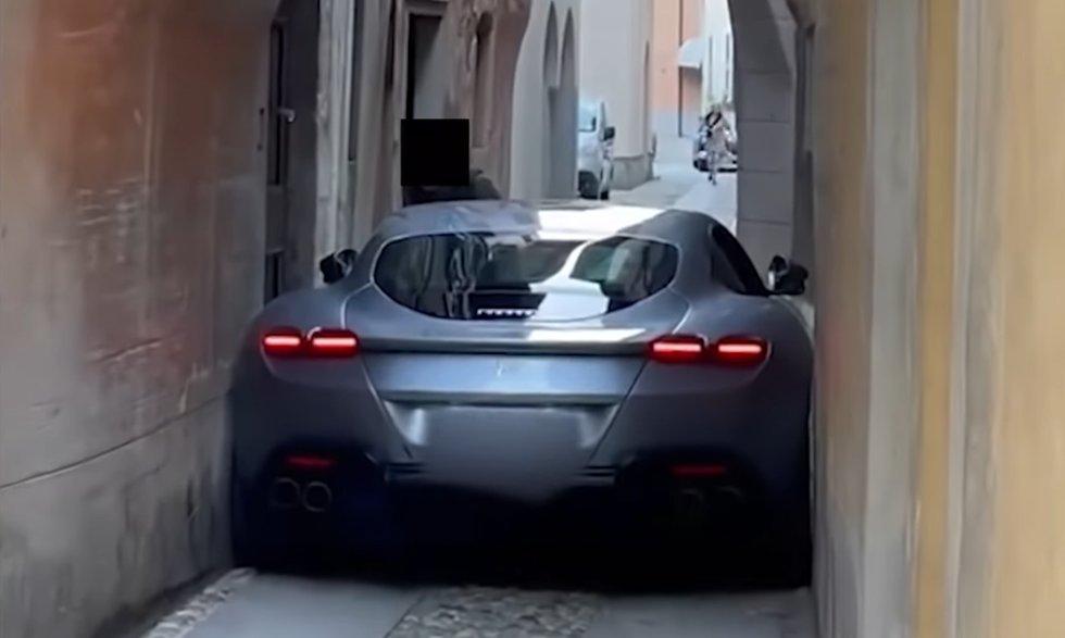 Ферари Рома тясна улица