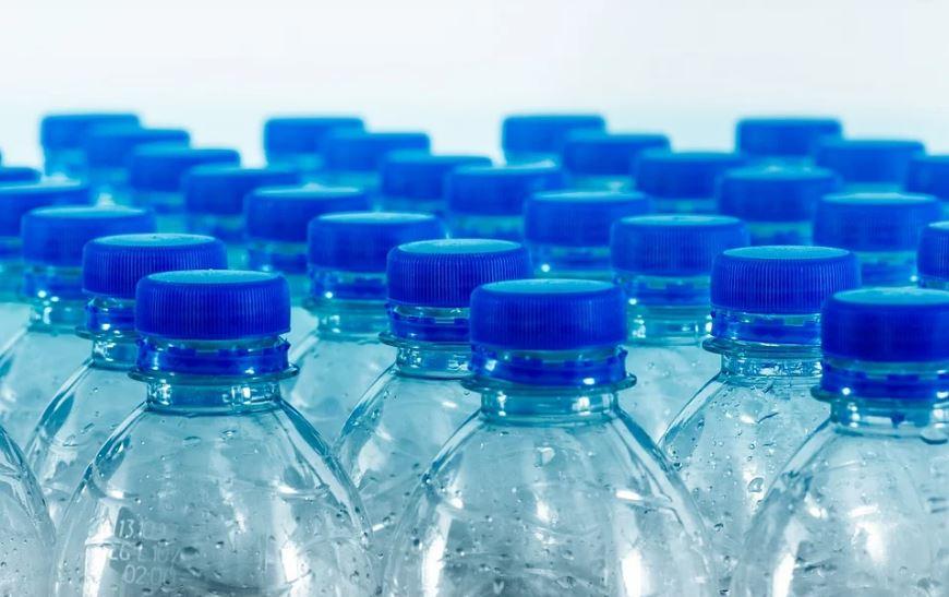 бутилки пластмаса вода