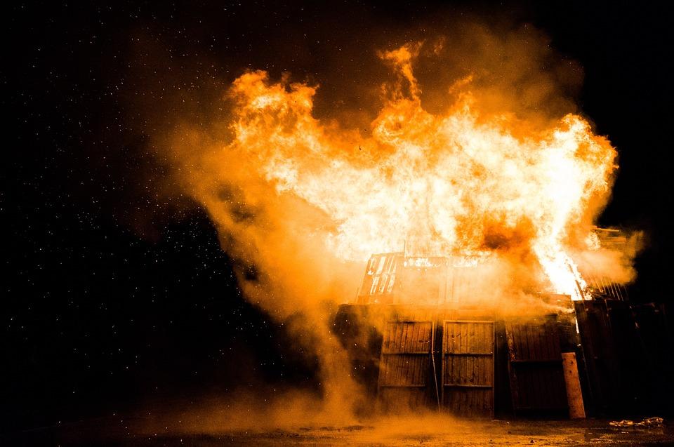експлозия огън пожар пламък