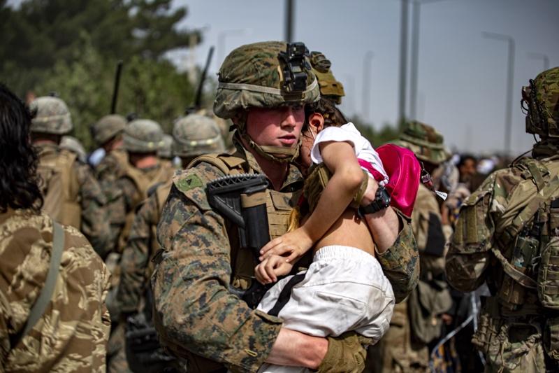 американски войник с дете
