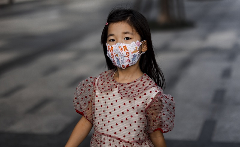 дете с маска