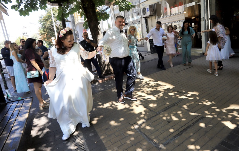 хора, младоженци