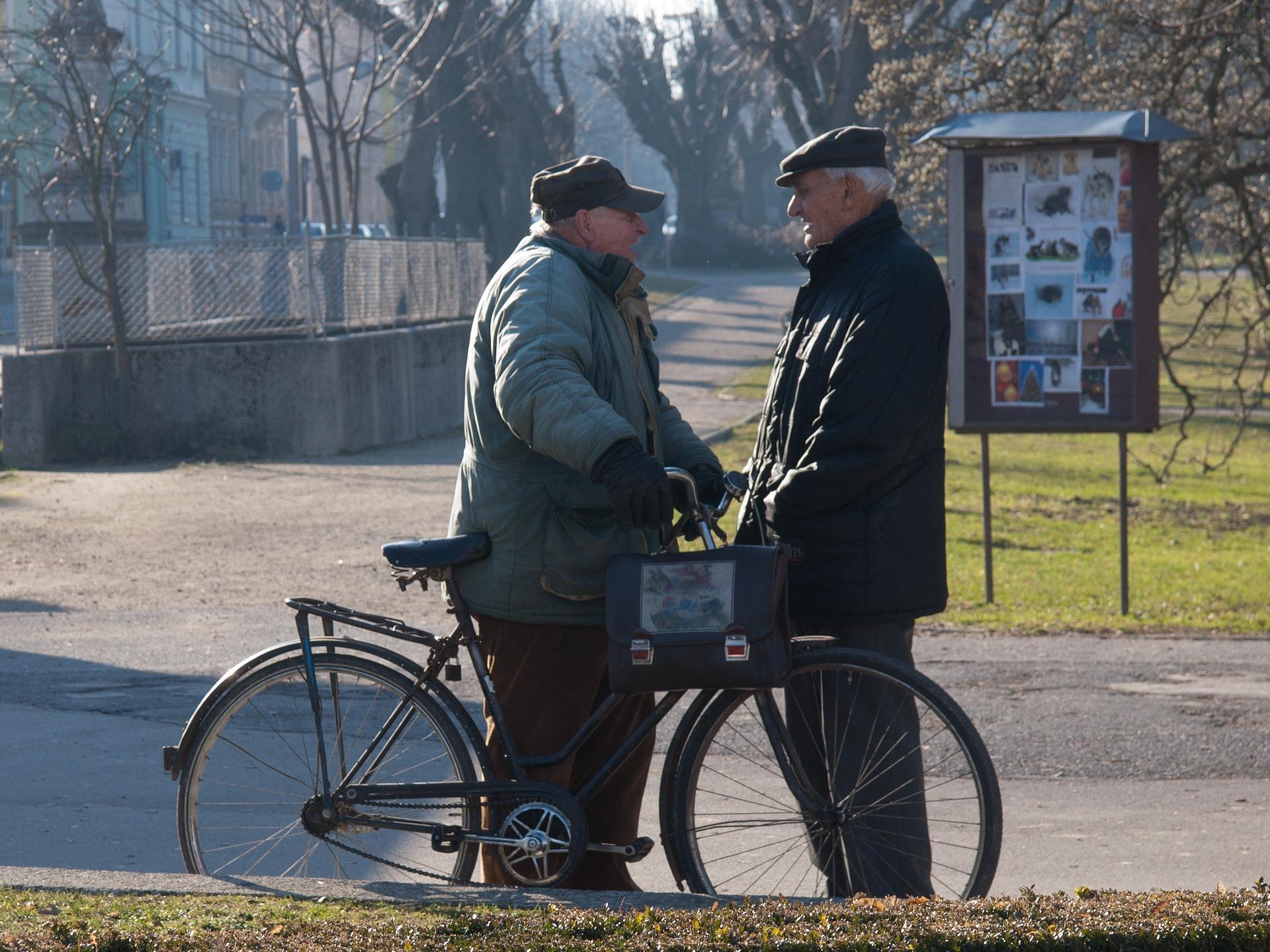 пенсионери възрастни хора Pixabay